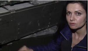 dilyana-Gaytanzieva devant une caisse de munitions- Alep, Syrie